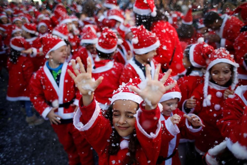 Crianças vestidas de Papai Noel durante a parada tradicional de caridade em Lisboa