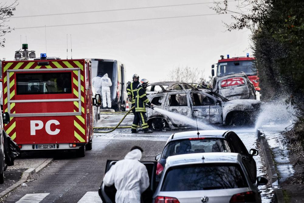 Policiais e bombeiros no local do acidente em Dardilly, França