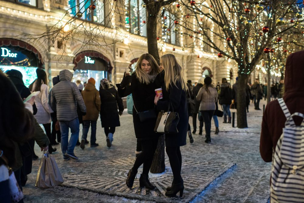Meninas tiram selfie na Praça Vermelha em Moscou