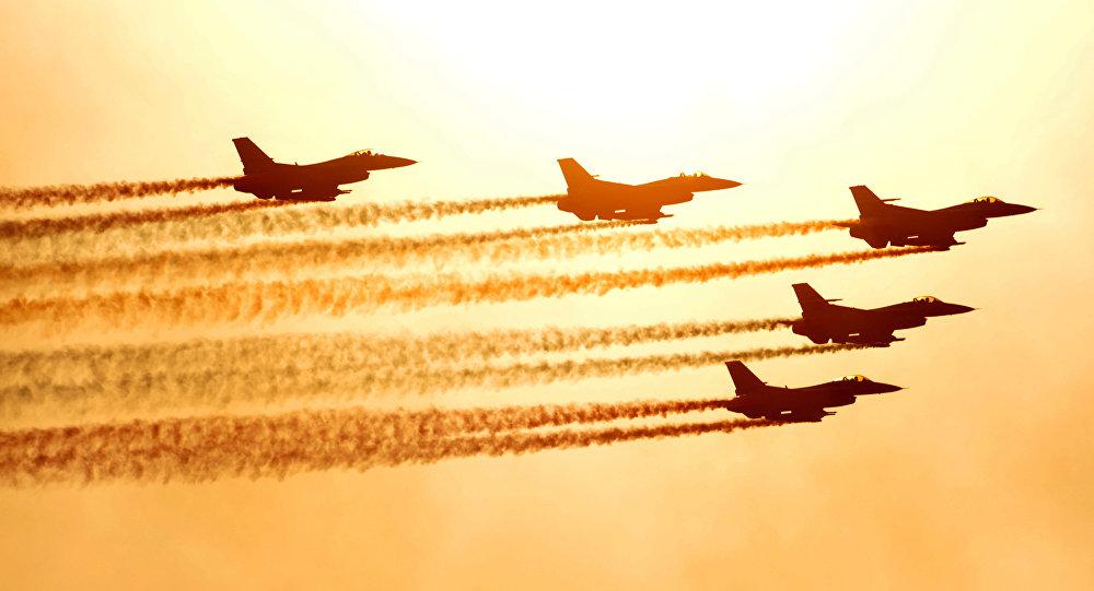 Caças F-16 da Força Aérea da Coreia do Sul durante voo de demonstração em Seul, no aeroporto militar de Seongnam (arquivo)