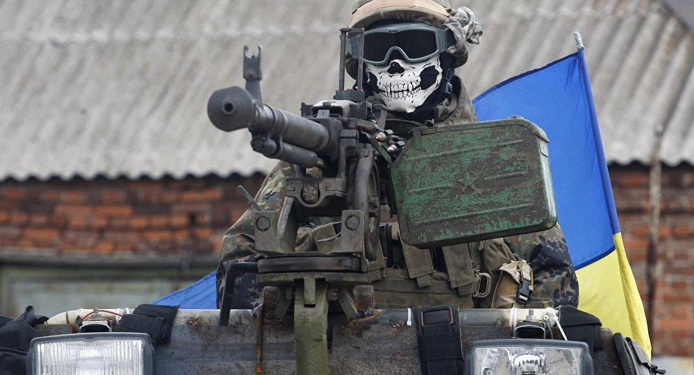 Um militar ucraniano vestindo uma máscara que descreve um crânio, em 23 de setembro de 2014, no portador de veículo blindado em um subúrbio da cidade oriental Debaltseve na região de Donetsk