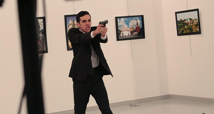Mevlut Mert Altintas, assassino do embaixador russo na Turquia, Andrei Karlov, na cena do crime: uma galeria de arte em Ancara