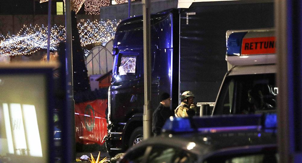 Polícia isola o caminhão, que colidiu com uma feira de natal em Berlim, Alemanha