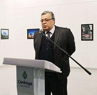 Embaixador russo Andrei Karlov (à direita) na abertura da exposição de fotos no Centro de Arte Moderna em Ancara. (Só é possível usar esta imagem para fins editoriais. O uso comercial ou campanha promocional são proibidas)
