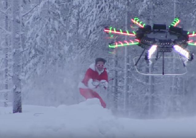 Papai Noel deslizando de snowboard atrás de um drone
