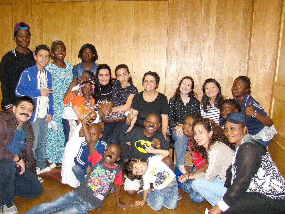 Daniela se divertindo com as crianças refugiadas