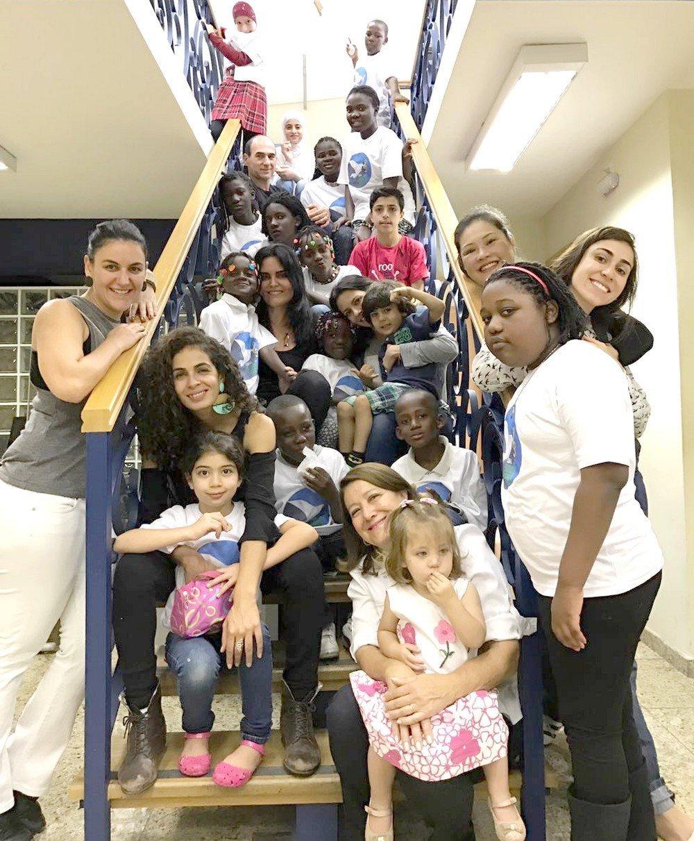 Crianças reunidas para o ensaio do Coral Somos Iguais