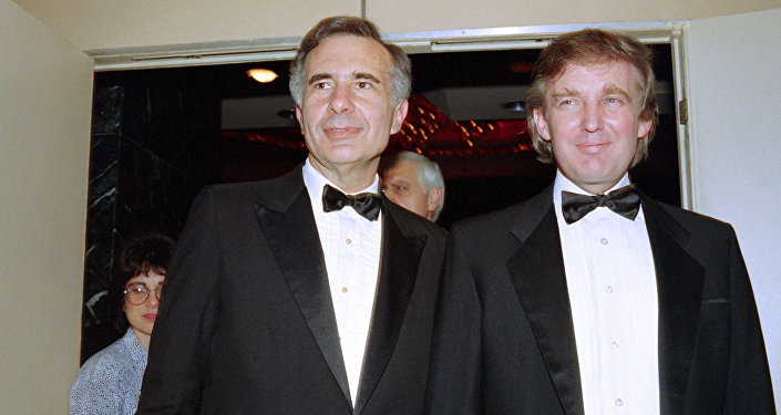 Donald Trump (R) poses with Carl Icahn (file)