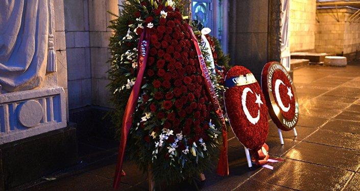 Coroas de flores em homenagem ao embaixador russo na Turquia Andrei Karlov colocadas na entrada do Ministério das Relações Exteriores da Rússia, em Moscou, em 22 de dezembro de 2016