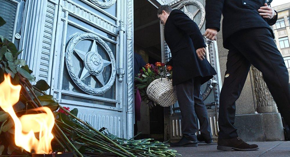 À entrada do Ministério das Relações Exteriores russo: flores depostos em homenagem do embaixador assassinado russo Andrei Karlov