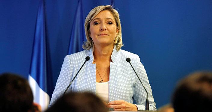 Marine Le Pen, a líder do partido político francês de Frente Nacional falando sobre os resultados das eleições dos EUA em Nanterre, França