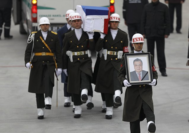 Caixão com o corpo do embaixador russo, Andrei Karlov, é transportado para o avião, em Ancara, em 20 de dezembro de 2016