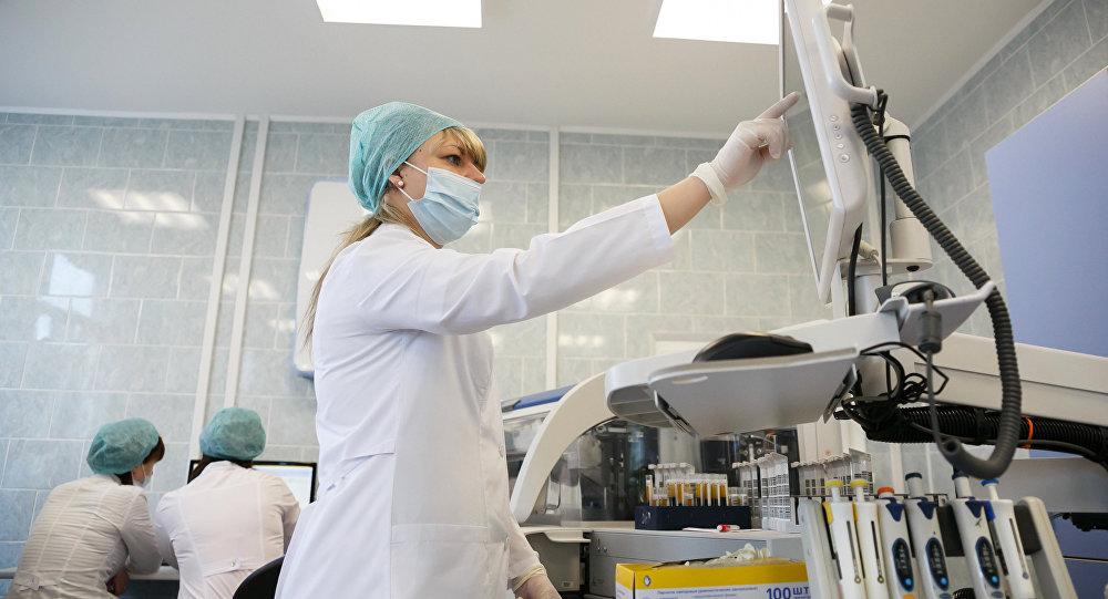 Especialistas de laboratório realizando pesquisa