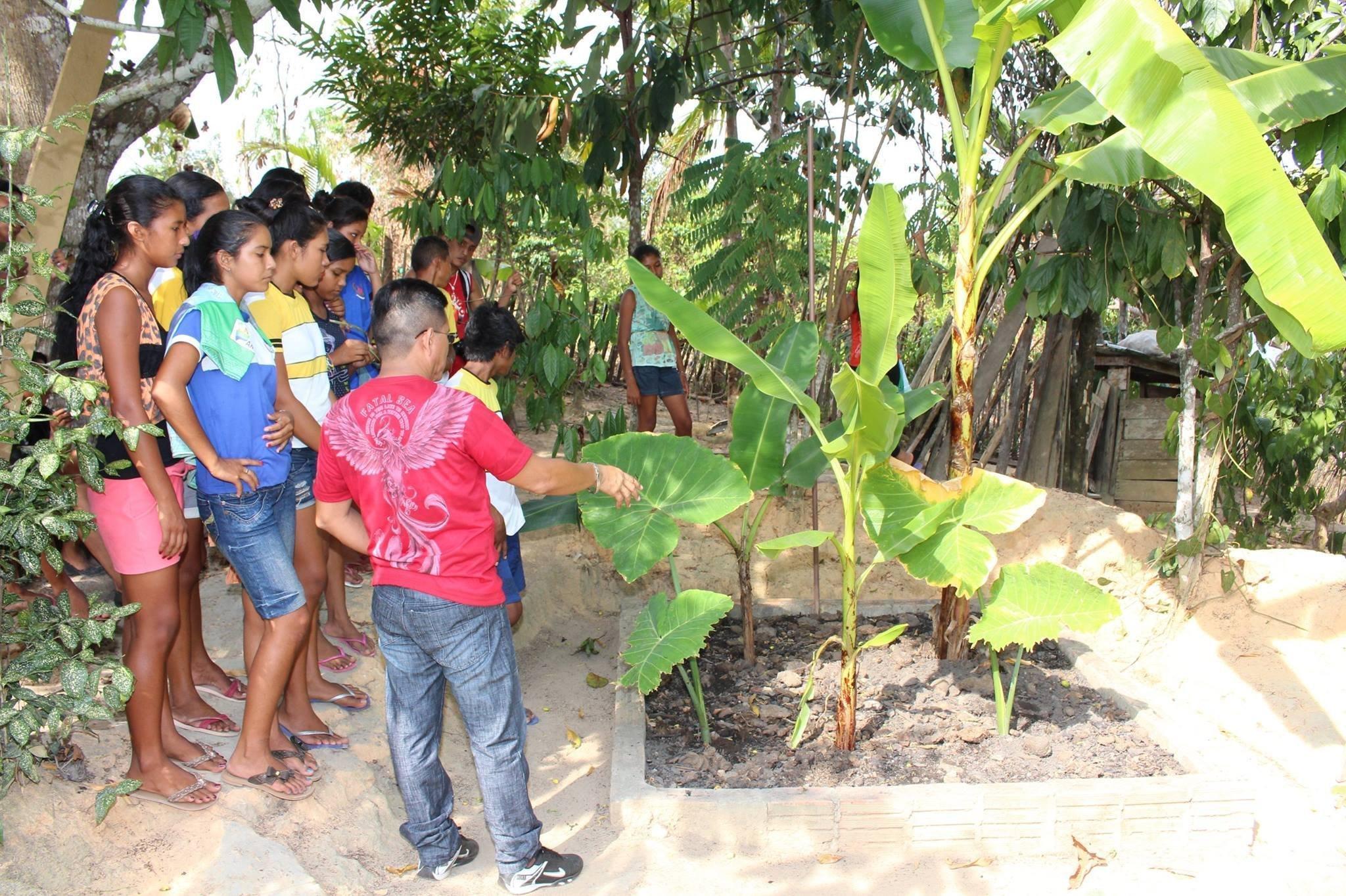 Valter Menezes explicando aos ribeirinhos o funcionamento da fossa bio ativa já instalada