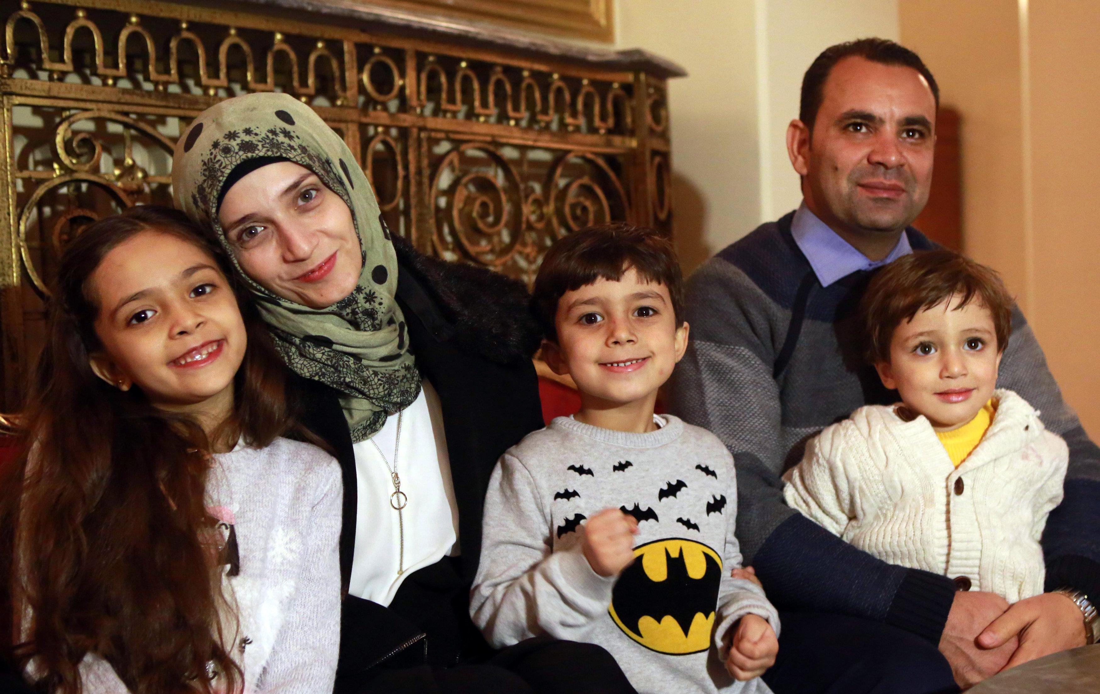 Família de Bana Alabed: Bana, a sua mãe Fatemah, irmãos Nour e Laith, pai Ghassan, durante a entrevista em Ancara, Turquia, 22 de dezembro de 2016