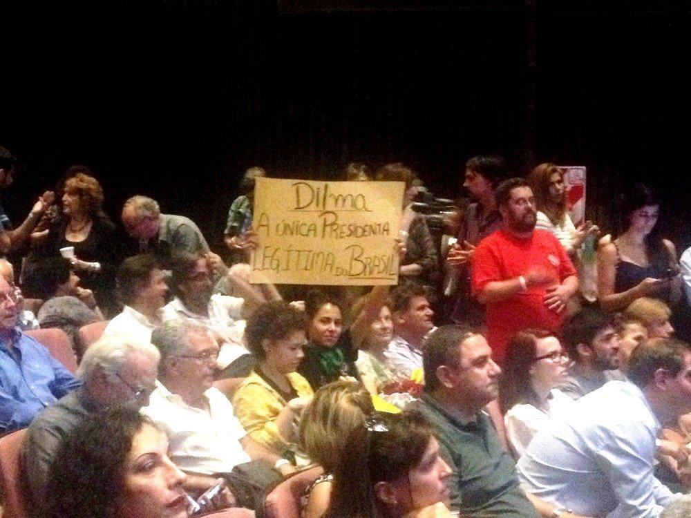 Manifestante com cartaz de apoio a ex-presidenta Dilma Rousseff