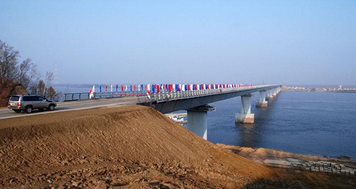 Ponte sobre o canal de Amur na ilha Bolshoi Ussurisky está aberta