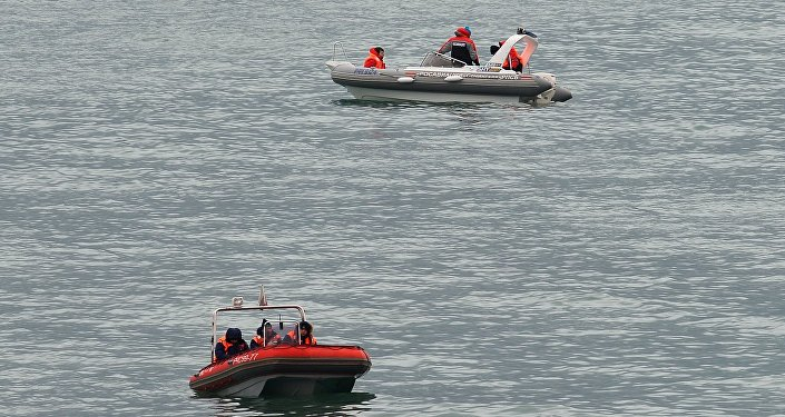 Barcos de resgate no local do acidente do Tu-154