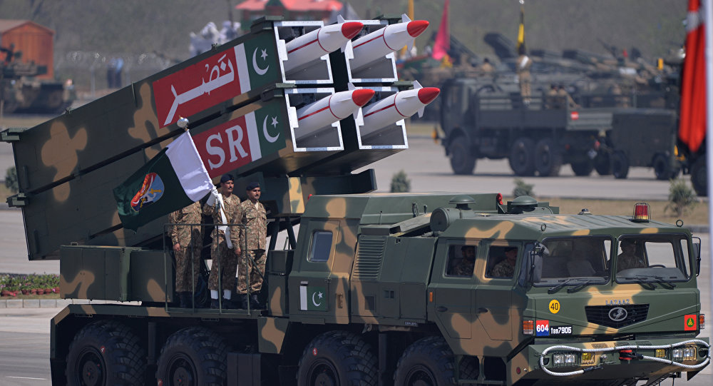Pessoal militar paquistanês ao lado de um míssil superfície-superfície de curto alcance NASR durante desfile militar do Dia do Paquistão em Islamabad, em 23 de março de 2015