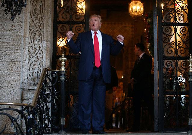 Presidente eleito Donald Trump falando com representantes da mídia após reunião com oficiais do Pentágono, 21 de dezembro de 2016