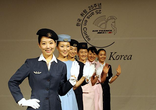 Sul-coreanas vestidas de comissárias de voo da Air France durante o 25º aniversário da companhia aérea na Coreia do Sul, em Seoul, 24 de setembro de 2008
