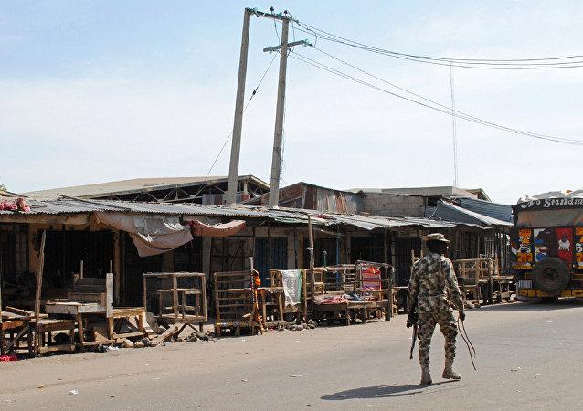 Soldado patrulha local de ataque suicida em Maiduguri, Nigéria, em novembro de 2016