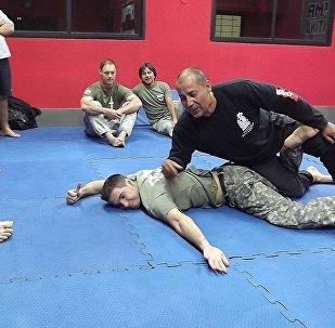 Pessoas praticam arte marcial russa Systema na Argentina
