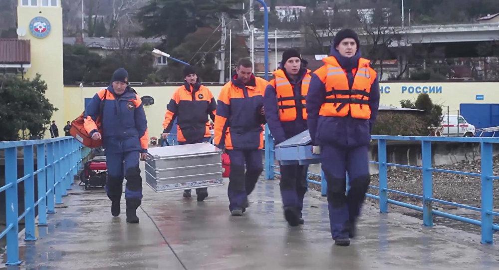 Operação de resgate na costa do mar Negro onde caíu Tu-154