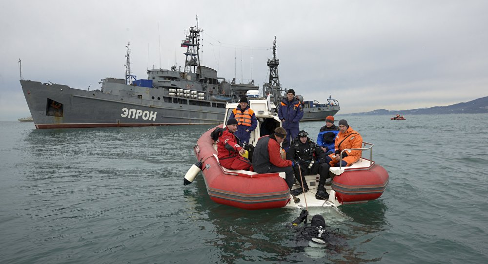 Mergulhadores do Ministério das Situações de Emergência russo preparam-se para buscar os destroços do avião no Mar Negro, ao largo de Sochi, Rússia, 27 de dezembro de 2016
