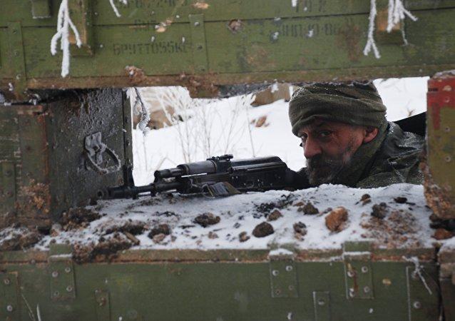 Combatentes de milícias da DNR na linha de demarcação