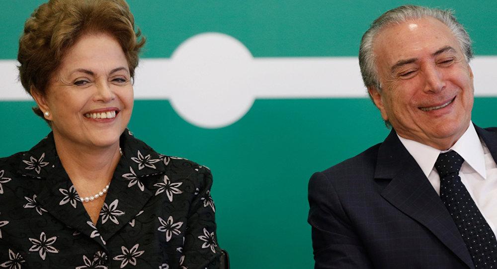 Dilma Rousseff está sorrindo ao lado de Michel Temer. 19, março, 2015