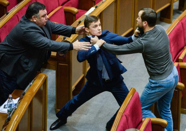 Briga entre deputados ucranianos em sessão da Suprema Rada (Parlamento ucraniano)