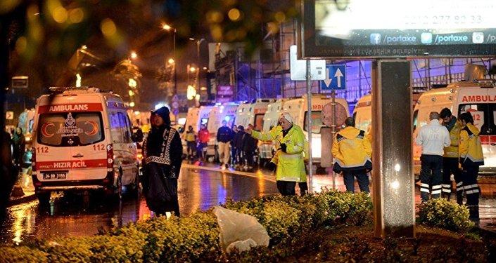 Ambulâncias são enviadas para socorrer os feridos do ataque à boate Reina, de Istambul, em 1 de janeiro de 2017