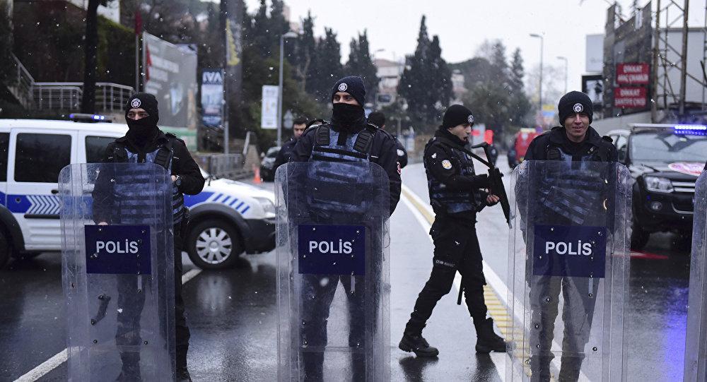 Polícia turca cerca o local do atentado em Istambul, Turquia, 1 de janeiro de 2017