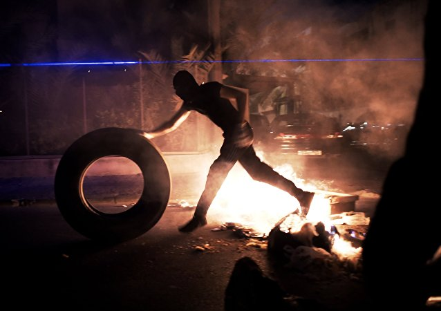Um manifestante do Bahrein durante os confrontos entre manifestantes e a polícia após um protesto contra o regime,  10 de julho de 2014 na vila de Sanabis, a oeste de Manama.
