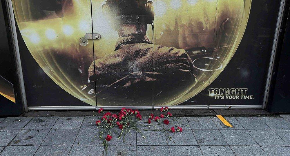 Habitantes de Istambul deixam flores em frente à boate Reina, palco de um grande ataque terrorista neste primeiro dia de 2017