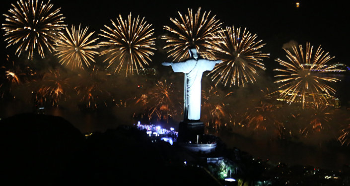 Festival de fogos de artifício visto de trás do Cristo Redentor, grande símbolo do Rio de Janeiro