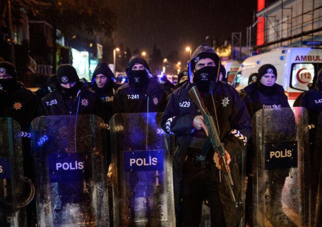 Polícia turca bloqueando rua após incidente em boate de Istambul (arquivo)