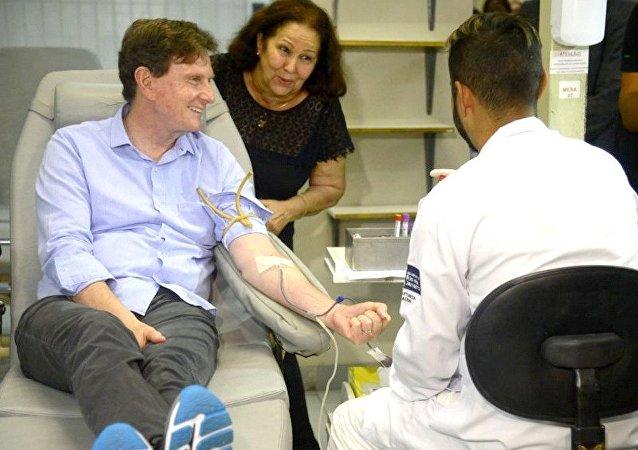 Marcelo Crivella, doa sangue durante visita ao Instituto Estadual de Hematologia (Hemorio)
