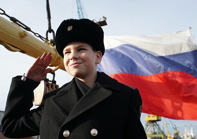 Para ilustração: Jovem patriota durante eventos em homenagem do 90o aniversário do navio Kruzenshtern, em Kaliningrado