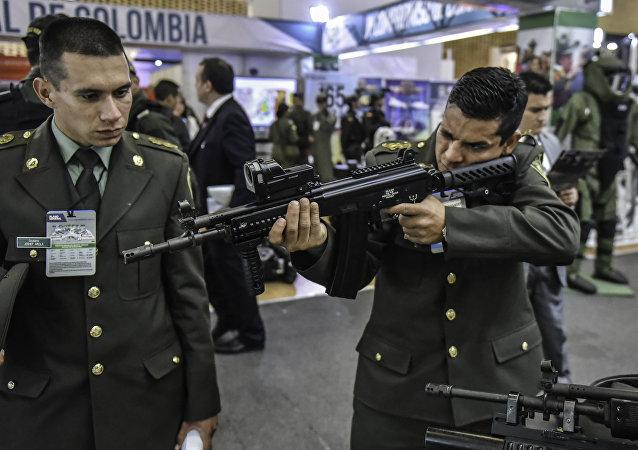 Um policial colombiano com feito na Colômbia desenhado em Israel rifle de assalto ACE durante a exposição Expodefence Fair 2015 (30 de novembro de 2015)