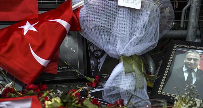 Flores em frente da boate Reina em Istambul. 3 de janeiro de 2017