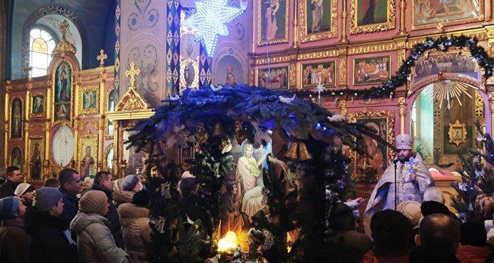 Paroquianos durante a missa natalina na Catedral de São Pedro e São Paulo na cidade de Simferopol.