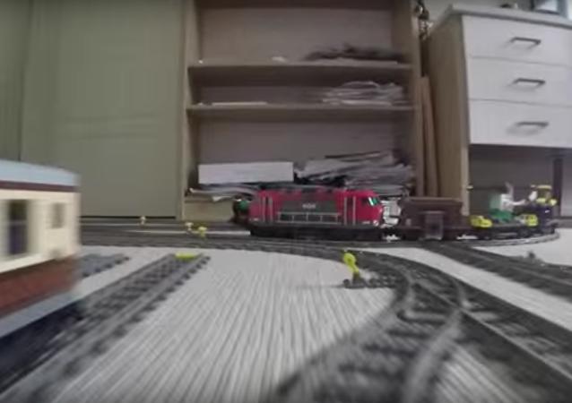Trem de brinquedo durante sua viagem incrível