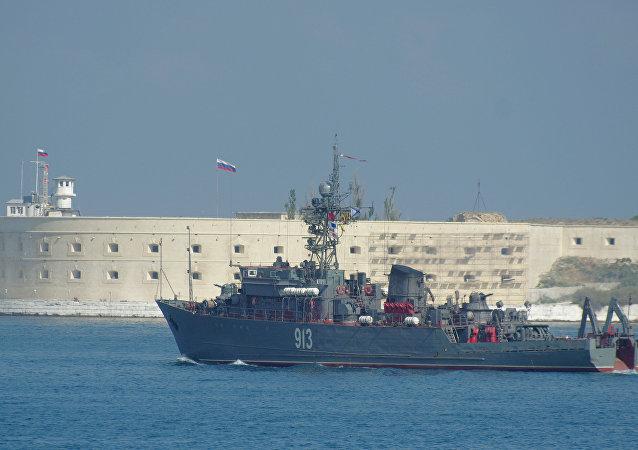 Navio caça-minas russo Kovrovets perto do porto de Sevastopol