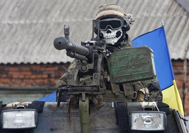 Soldado ucraniano dirigindo um veículo blindado de transporte na região de Donetsk, na Ucrânia
