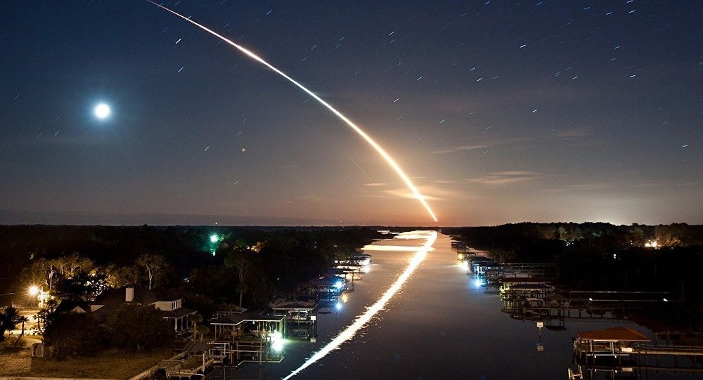 Meteorito no céu noturno