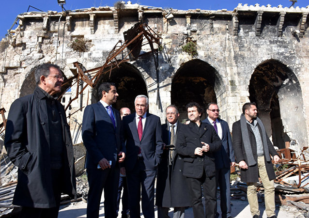 Deputados franceses do partido Os Republicanos ('Les Républicains') Thierry Mariani (à esquerda) e Nicolas Dhuicq (terceiro à direita) visitam a cidade antiga de Umayyad em Aleppo em 6 de janeiro de 2017