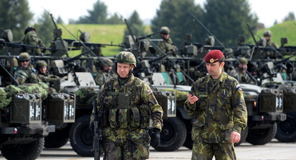 Militares tchecos do batalhão aéreo antes dos exercícios da OTAN, República Tcheca, abril de 2015