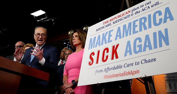 O líder democrata do Senado, Chuck Schumer, e a líder democrata da Câmara, Nancy Pelosi, falam após um encontro com o presidente dos EUA, Barack Obama, sobre o esforço dos republicanos no Congresso para revogar o Obamacare. Washington, EUA, 4 de janeiro de 2017